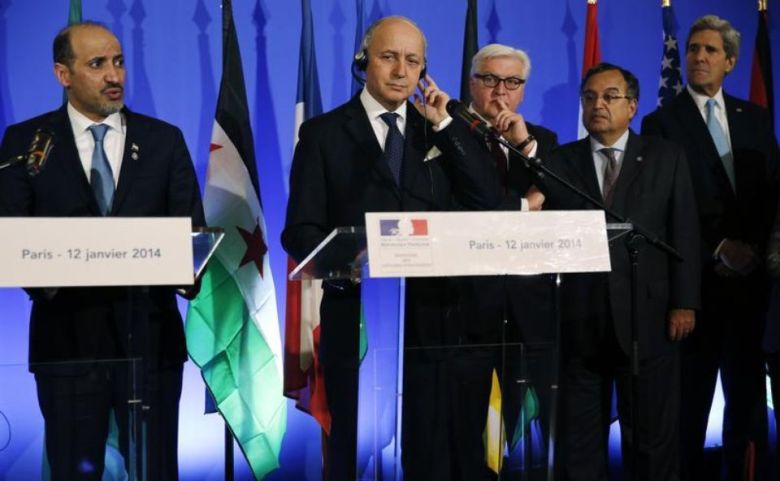 Le président de la Coalition nationale syrienne Ahmad Jarba, le ministre français des Affaires étrangères Laurent Fabius, son homologue allemand Frank-Walter Steinmeier, le Secrétaire d'Etat américain John Kerry, le 12 janvier 2014 à Paris (photo Reuters)