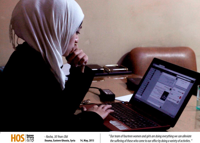 رشا تعمل على اللابتوب في مكتبها في الغوطة. المصدر: الإنسان في سوريا