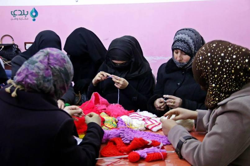 تعليم النساء النسيج، المصدر: مركز النساء الآنفي معرة النعمان، فيسبوك.