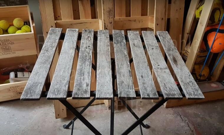 table de jardin avec du bois de palette