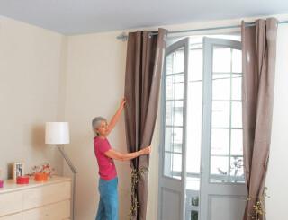 fixation d une tringle a rideaux