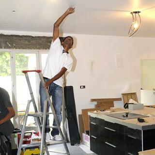 suspendre une hotte aspirante au plafond