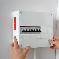 fermer le capot du tableau de distribution électrique