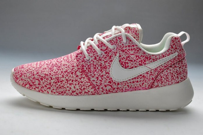 Baskets-Nike-Roshe-Run-Pattern-Femme-Rose-Blanc