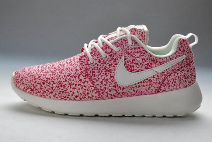 Baskets-Nike-Roshe-Run-Pattern-Femme-Rose-Blanc