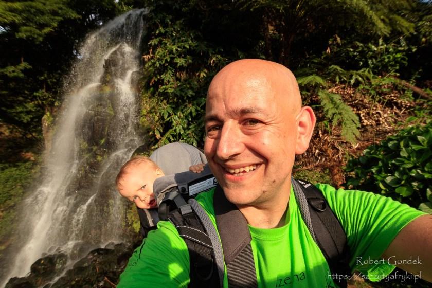 Przy wodospadzie w Parque Natural Ribeira dos Caldeirões