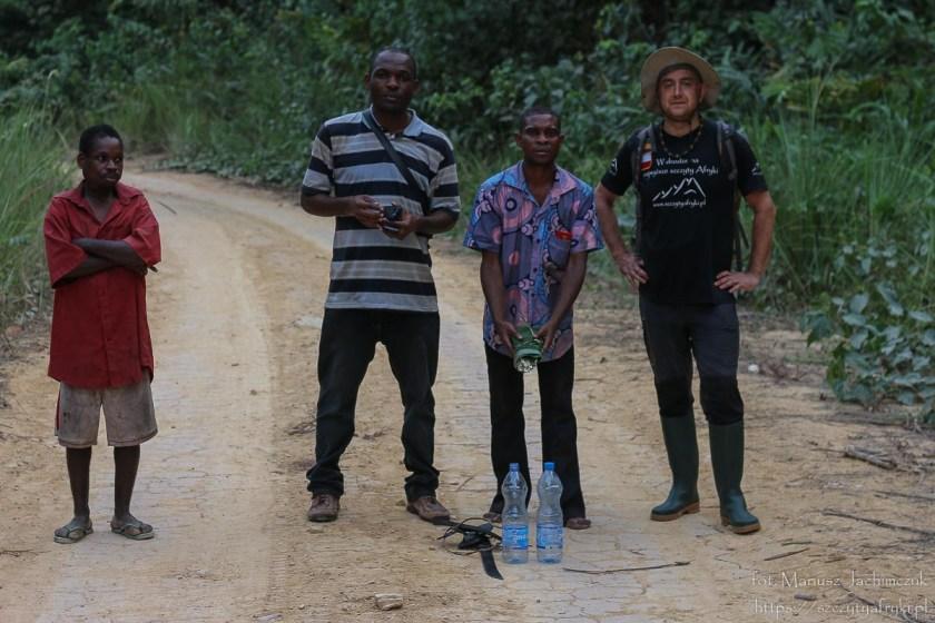 Pamiątkowe zdjęcie z przewodnikami w Gabonie