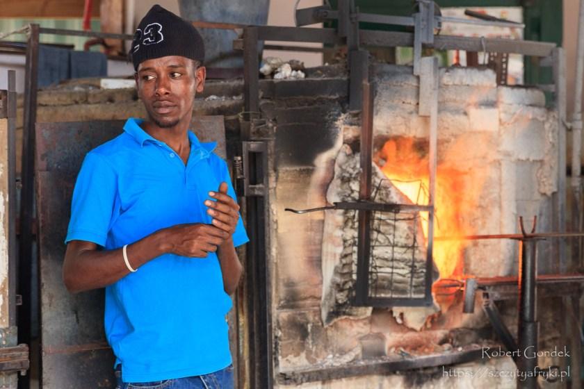 Pracownik Shangi w Tanzanii