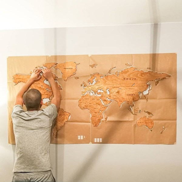 Drewniana mapa świata na ścianę - montaż na ścianie