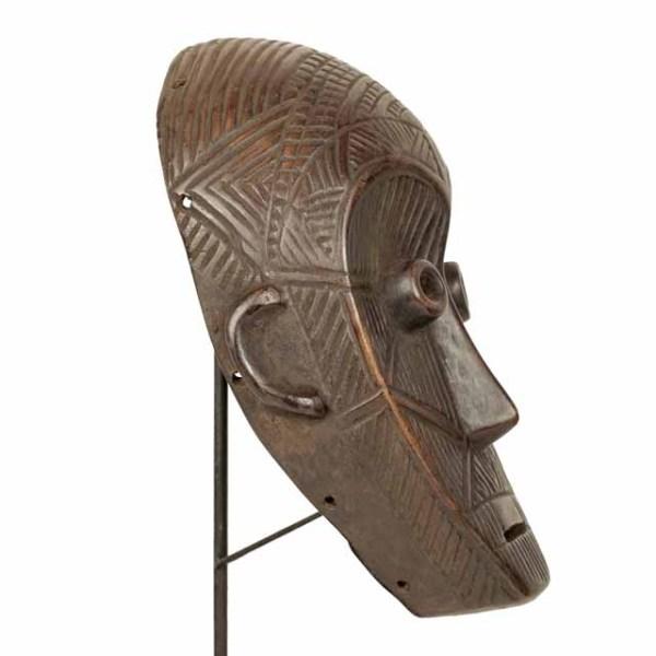 Maska plemienna Dan z Wybrzeża Kości Słoniowej na zdjęciu