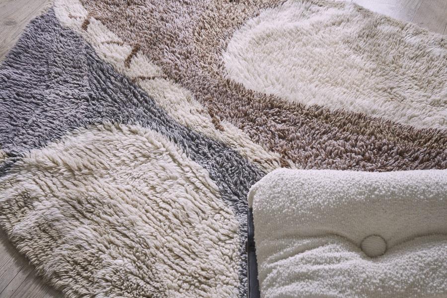Wełniany dywan z motywem afrykańskiej tarczy - elementy afrykańskie w domu