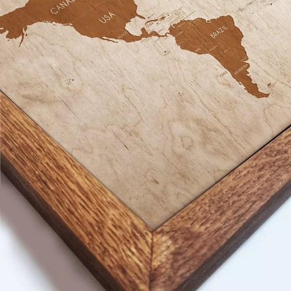 Drewniana mapa świata w dębowej ramie - dekoracja na ścianę mieszkania