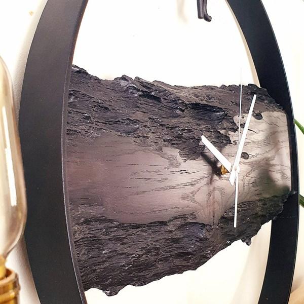 Czarny drewniany zegar w afrykańskim stylu industrialnym
