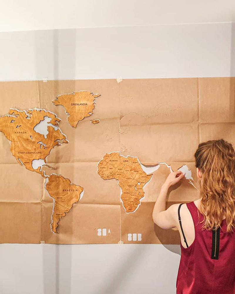 Drewniana mapa świata na ścianę - montaż