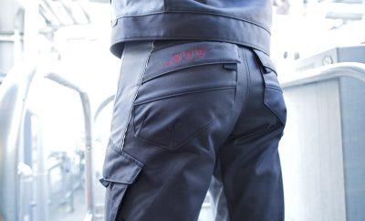 Piktogramy umieszczone w widocznym miejscu na odzieży ochronnej pomagają szybko zorientować się, czy pracownik ma na sobie odpowiednią odzież. (Foto: MEWA)