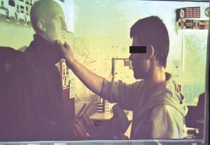 A tárgyaláson levetítették azt a felvételt, ahol az elkövető egy bábun eljátszotta a gyilkosságot