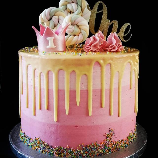 Happy Birthday One year Dripcake gevuld met aardbeien crme hellip