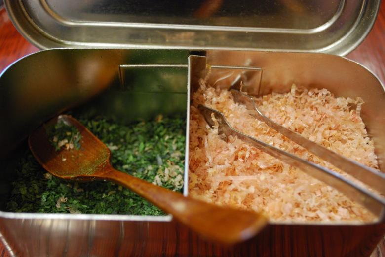Aonori, algue japonaise, a gauche