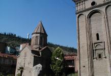 Kirchengesäumte Shavtelis Kucha in Tbilissi; ganz klein im Hintergrund Mutter Georgien
