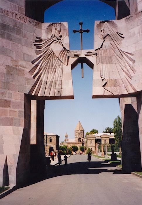 Eingang zum Kirchenbereich: Moderne & Religion