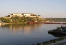 Die Petrovaradin-Zitadelle am rechten Donauufer
