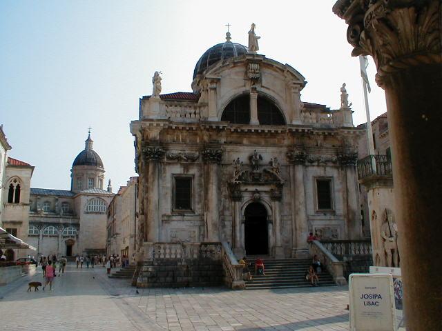 St. Blasius-Kirche, im Hintergrund die Kathedrale