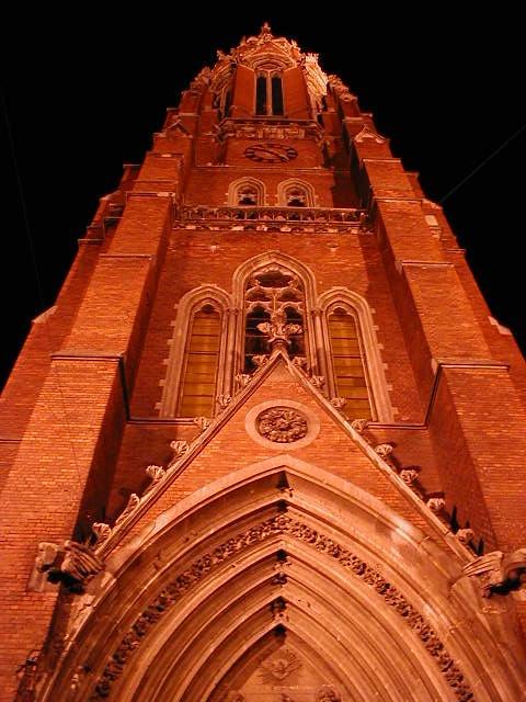 Die grosse Pfarrkirche im Zentrum