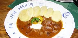 Gulasch auf tschechische Art - hier mit Kartoffelknödel