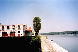 Vukovar an der Donau - rechts Serbien