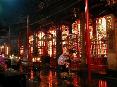 In der Nähe des sehr auffälligen Lungshan-Tempels gibt es übrigens auch zahlreiche berühmte Nachtmärkte.