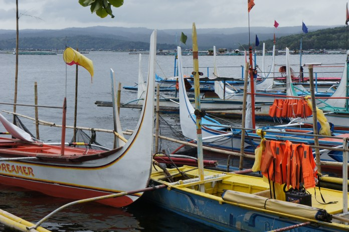 Traditionelle Boote am Taal-See in Talisay