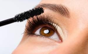 Applying-Mascara1