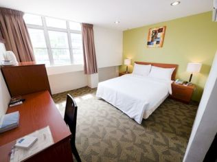 Nice and clean hotel room with Bathroom attached. Convenient with groceries shops and restaurants within 1 minutes walking distance.