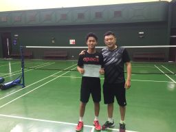 Coach Andrew presenting the certificate of completion to Sek Hin Man
