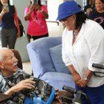 Fajardo entrega efectos de emergencias a envejecientes