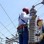 Gobierno dice llegará mano de obra adicional para acelerar la restauración del servicio eléctrico tras el azote del huracán María