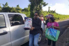 Alcalde de Ceiba lleva suministros a comunidades sin luz