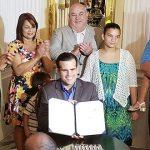 Gobernador firma la nueva Ley de Adopción junto al presidente de la Cámara de Representantes