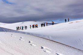 Imágenes cautivadoras de la segunda nevada en el desierto del Sahara en menos de un mes