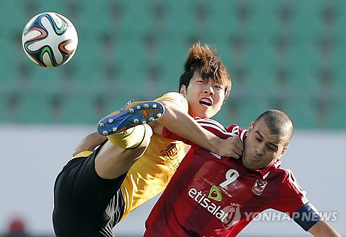 Kim Young-Gwon battles for the ball against Al Alhy at the Club World Cup. Photo courtesy of Yonhap News