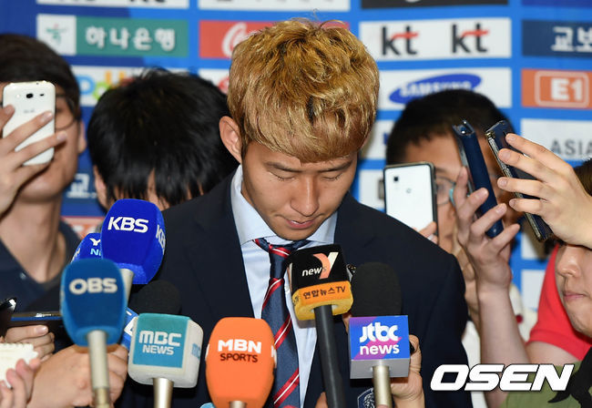 Son Heung-Min speaks to the press after arriving in Korea. Photo courtesy of OSEN.