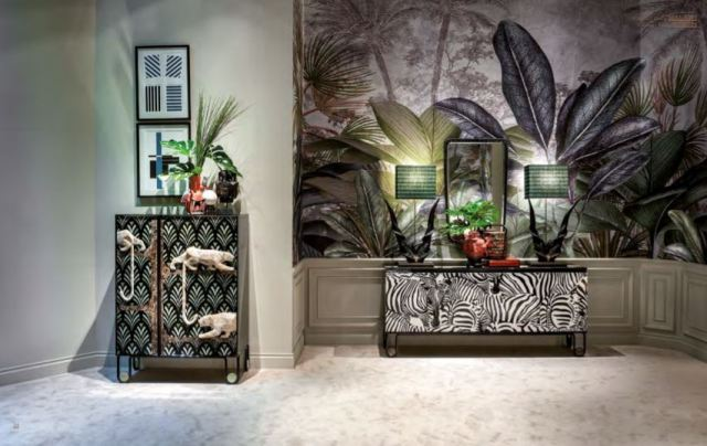 Animalier nella moda, sì, ma anche nell'interior design: le case si arredano di animali tropicali, morbidi orsi, volatili e animali preistorici.