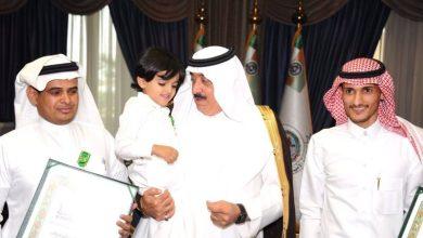 صورة الأمير متعب بن عبدالله يستقبل ذوي شهداء الواجب من أفراد الحرس الوطني ويقلدهم وسام الملك عبدالعزيز من الدرجة الثالثة