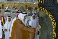 Photo of نيابة عن الملك سلمان.. خالد الفيصل يتشرف بغسل الكعبة المشرفة