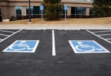 """صورة """"المرور"""" يضبط نحو 3 آلاف مركبة مخالفة بالوقوف في مواقف ذوي الإعاقة"""
