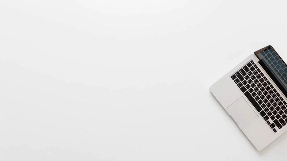 Macbook Pro em cima de mesa branca