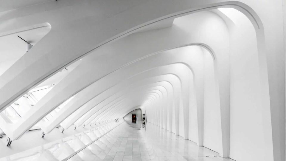 Parte interna de um prédio com arquitetura futurista