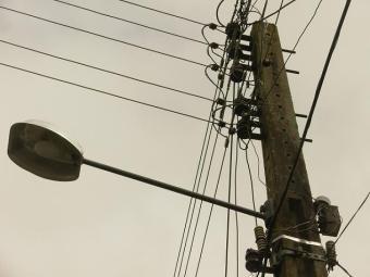 Resultado de imagem para troca de lampada no poste