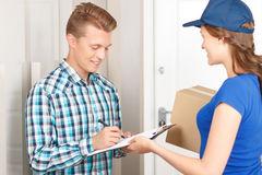 pozytywny-deliverywoman-dostarcza-pakuneczek-skrzynka kontaktowa