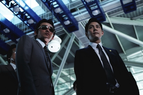 HwangJun-min (left) and LeeJung-jae (right) are poised to take control of the Goldmoon crime syndicate in 'New World'